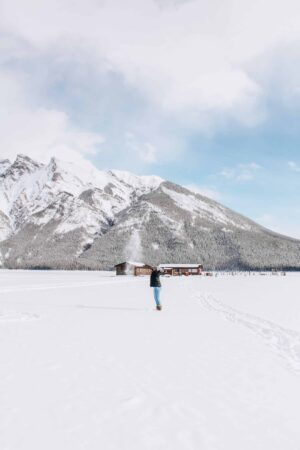 If you are a fan of breathtakingly beautiful lakes, you absolutely NEED to visit the Canadian Rockies. My favourite things to see when exploring areas like Banff, Yoho and Jasper National Parks are the lakes with dramatic mountain backdrops. Interested in planning your own trip? Read on to find out the top 6 must-see lakes in Canada.